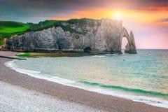 Atemberaubender Kiesstrand und magischer bunter Sonnenuntergang Etretat, Normandie, Frankreich stockfotografie