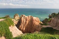 Atemberaubender Panoramablick auf schönem Meer höhlt Klippen der atlantischen Küstenlinie im blauen Himmel aus Lizenzfreie Stockbilder