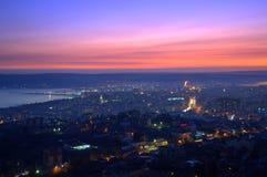 Atemberaubender purpurroter Himmel über der Stadt nach Sonnenuntergang Lizenzfreies Stockfoto