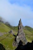 Atemberaubender sehr hoher Berggipfel-Felsen am alten Mann von Storr stockfotografie