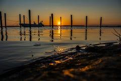 Atemberaubender Sonnenuntergang auf dem Seehafen lizenzfreies stockbild