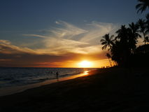 Atemberaubender Sonnenuntergang auf dem Strand in Maui, Hawaii Lizenzfreies Stockbild
