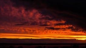 Atemberaubender Sonnenuntergang im Sommer, gesehen an der Landschaft in Polen stock video footage