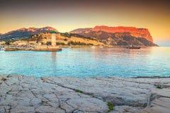 Atemberaubender Sonnenuntergang mit Cassis-Leuchtturm und Kappe Canaille-Klippen, Frankreich Stockfotos