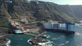 Atemberaubender Vogelaugenflug-Hotelkomplex auf Insel stock footage