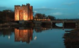 Atemberaubendes bunratty Schloss Irland nachts Lizenzfreie Stockfotos