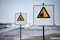 A atenção assina perto do mar com clima de tempestade Fotografia de Stock