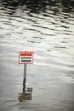 A atenção, nadando é proibida Fotos de Stock