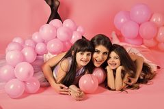Atenção parental Mãe e criança com vintage dos balões do rosa imagens de stock royalty free