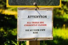 A atenção todas as fugas é atualmente sinal fechado Imagem de Stock Royalty Free