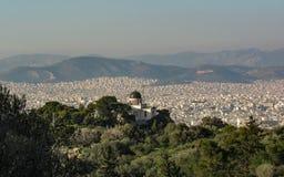 Aten från ovannämnt med vita byggnader arkitektur, berg, träd, blå himmel i morgontimmen i sommar royaltyfria foton