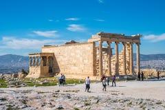 11 03 2018 Aten, Grekland - Erechtheion och tempel av athenen på Arkivfoto