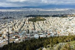 ATEN GREKLAND - JANUARI 20 2017: Fantastisk panorama av staden av Aten från den Lycabettus kullen, Attica arkivfoto