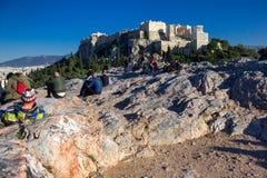 Aten Grekland, Januari 30 2018: Folket tycker om sikten till staden av Aten från kullen av Areopagus Fotografering för Bildbyråer