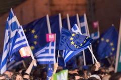 Aten Grekland, 3 Juli 2015 Borgmästaren av Aten, grekiska kändisar och lokal folkdemonstrarte om den kommande folkomröstningen Royaltyfri Bild