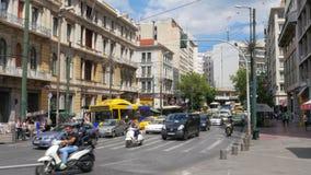 ATEN - GREKLAND, JUNI 2015: dagligt liv på den grekiska gatan stock video