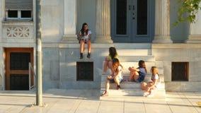 ATEN - GREKLAND, JUNI 2015: dagligt liv på den grekiska gatan lager videofilmer