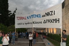 Aten Grekland, 30 Juni 2015 Det grekiska folket visade mot regeringen om den kommande folkomröstningen Royaltyfri Bild