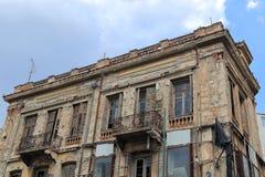 ATEN GREKLAND - Juni 13, 2016: Gammal och förfallen byggnad som genomgår renovering i i stadens centrum Aten, Grekland arkivfoto