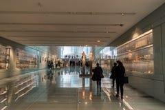 ATEN GREKLAND - MARS 06, 2018: Besökare på det nya akropolmuseet i Aten Planlagt av denfranska arkitekten Bernard arkivbilder