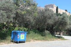 Aten Grekland, mars 29th 2018: Återvinningfack för förpackande avfalls i lokalen av Parthenonakropolen Royaltyfria Foton
