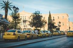 ATEN GREKLAND NOVEMBER 02, 2013: Gatatrafik med många gulingtaxi i Aten, Grekland Royaltyfri Foto