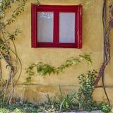 Aten Grekland, rött ramfönster på Anafiotika, en gammal grannskap under akropol Royaltyfri Fotografi