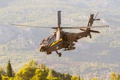 Aten Grekland 13 September 2015 Apache helikopter av det hellenska flygvapenlaget på showen för flyg för Atenluftvecka Royaltyfria Bilder