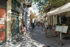 Aten Grekland 13 September 2015 Monastiraki berömd lokal gata med turister som shoppar och tycker om Grekland Royaltyfri Foto