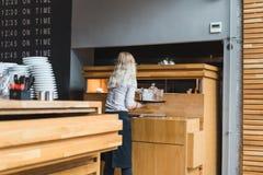 ATEN GREKLAND - SEPTEMBER 17, 2018: Sikt av en väntande på mat för servitris som får klar arkivfoto