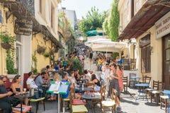 Aten Grekland 13 September 2015 Turister som tycker om deras tid på berömda Paka coffee shop Fotografering för Bildbyråer