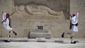Aten Grekland - 26 04 2019: Vakter på ceremoniell arbetsuppgift på parlamentslotten Firar minnet av alla de grekiska soldater arkivfilmer