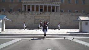 Aten Grekland - 11 04 2018: Vakter på ceremoniell arbetsuppgift på parlamentslotten Firar minnet av alla de grekiska soldater som stock video