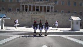 Aten Grekland - 11 04 2018: Vakter på ceremoniell arbetsuppgift på parlamentslotten Firar minnet av alla de grekiska soldater som lager videofilmer