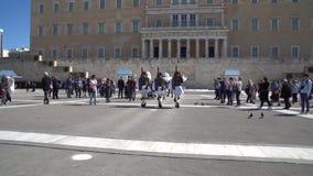 Aten Grekland - 11 04 2018: Vakter på ceremoniell arbetsuppgift på parlamentslotten Firar minnet av alla de grekiska soldater som arkivfilmer