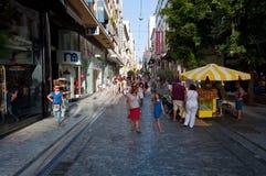 ATENAS 22 DE AGOSTO: Comprando na rua de Ermou com a multidão de povos o 22 de agosto de 2014 em Atenas, Grécia fotografia de stock