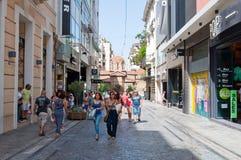 ATENAS 22 DE AGOSTO: Comprando na rua de Ermou o 22 de agosto de 2014 em Atenas, Grécia fotografia de stock royalty free