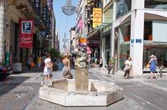 ATENAS 22 DE AGOSTO: Haciendo compras en la calle de Ermou con la muchedumbre de gente el 22 de agosto de 2014 en Atenas, Grecia imagenes de archivo