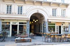 ATENAS 22 DE AGOSTO: Restaurante local a una distancia corta a la acrópolis en Plaka en agosto 22,2014 en Atenas fotografía de archivo libre de regalías