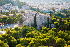 ATENAS 22 DE AGOSTO: Turistas no monte de Areopagus o 22 de agosto de 2014 em Atenas, Grécia fotos de stock royalty free