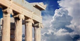 Atenas - el Erechtheion en acrópolis por mañana Imágenes de archivo libres de regalías
