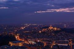 Atenas en la oscuridad - Parthenon, acrópolis, el parlamento griego Foto de archivo