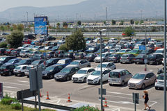 Atenas, Grécia - 6 de agosto de 2016: Carros estacionados no estacionamento do aeroporto de Atenas Fotos de Stock