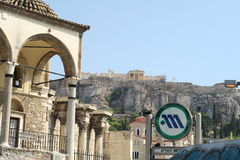 Atenas, Grécia - 6 de agosto de 2016: Sinal do metro de Atenas na estação de metro de Monastiraki fotografia de stock royalty free