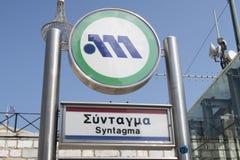Atenas, Grécia - 6 de agosto de 2016: Sinal do metro de Atenas na estação de metro do Syntagma Foto de Stock