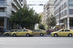 Atenas, Grécia - 6 de agosto de 2016: Táxis amarelos no quadrado do Syntagma Imagem de Stock Royalty Free