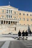 ATENAS, GRÉCIA - 19 DE JANEIRO DE 2017: Evzones - protetores presidenciais do ceremonial no túmulo do soldado desconhecido Foto de Stock Royalty Free