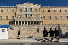ATENAS, GRÉCIA - 19 DE JANEIRO DE 2017: Evzones - protetores presidenciais do ceremonial no túmulo do soldado desconhecido Imagem de Stock