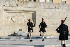 ATENAS, GRÉCIA - 19 DE JANEIRO DE 2017: Evzones - protetores presidenciais no túmulo do soldado desconhecido, o parlamento grego  Foto de Stock