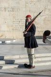 ATENAS, GRÉCIA - 19 DE JANEIRO DE 2017: Evzones - protetores presidenciais no túmulo do soldado desconhecido, o parlamento grego  Imagem de Stock Royalty Free